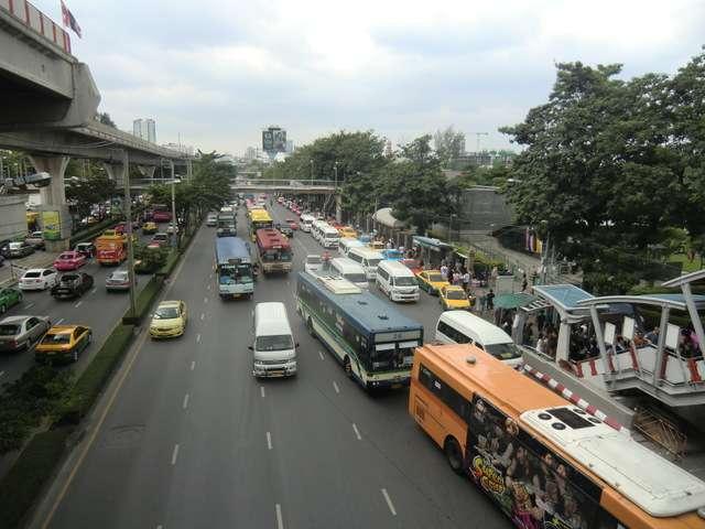die Hauptstraße am Markt ( der liegt rechts )